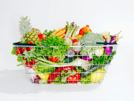 - Günde 30 - 35 gram kadar lif yiyin. Ne kadar fazla sebze, meyve ve işlenmemiş tahıl yerseniz o kadar fazla lif almış olursunuz. Eğer lifli yemeye alışık değilseniz, miktarını yavaş yavaş artırın yoksa hazım sorunu yaşarsınız.   - Tabaktaki yemeğinizin renklerini görün, kokusunu duyun, her lokmanın tadını alın.   - Yediklerinizin içinde görünmeyen gizli yağlar olduğunu unutmayın. Bir hamburgerin, kekin içinde bol miktarda yağ vardır.   - Lokantada yemeğe başlamadan önce mönüyü inceleyip plan yapın. Size uyan yemekler bulamadıysanız, istediğiniz küçük değişikliklerle yemeğinizi sipariş edin.  Kaynak: Milliyet